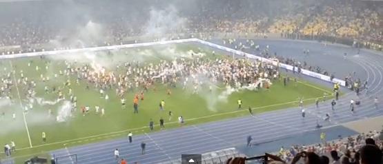 сотни фанатов прорвали оцепление и выбежали на газон НСК Олимпийский