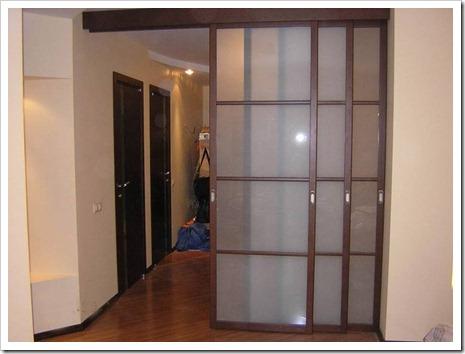 Использование направляющей балки для смещения двери