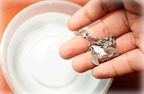 Как почистить серебряные серьги в домашних условиях